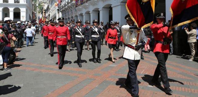 desfile fiestas Quito
